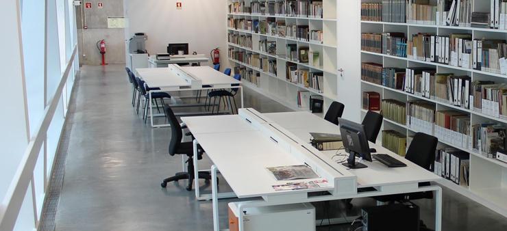 Imagem do interior da biblioteca do Museu dos Coches